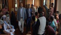 السفير اليمني لدى سلطنة عمان يزور جرحى تعز