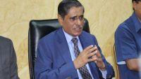 محافظ حضرموت يُحمل الحكومة مسؤولية استمرار تدهور العملة الوطنية