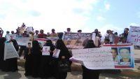 وقفة احتجاجية لرابطة أمهات المخفيين قسرا أمام منزل وزير الداخلية في عدن