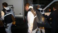 المحققون الأتراك يحملون أكياسا من منزل القنصل السعودي