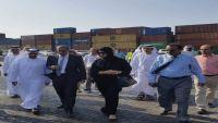 وزيرة إماراتية في ميناء عدن للاطلاع على نشاطه الملاحي