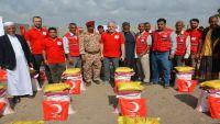 الهلال التركي يوزع مواد إغاثية لنازحي الحديدة في لحج