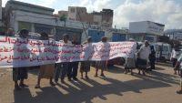 عدن.. وقفة احتجاجية أمام إدارة الأمنتطالب بوقف نهب الأراضي