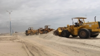 مؤسسة الطرق تدشن حملة لإزالة الكثبان الرملية من طريق عدن - أبين