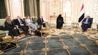 هادي يناقش مع الجانبين الأمريكي والبريطاني مستجدات الأزمة اليمنية