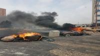 """محتجون يغلقون شارعا بعدن تضامنا مع أسرة """"رأفت"""" الذي قتل على يد عناصر أمنية"""