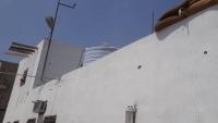 قيادي سابق في الحزام الأمني يهاجم مقر شرطة بئر فضل في عدن