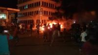 """عشرات المواطنين يغلقون شوارع المعلا للمطالبة بتسليم قتلة الشاب """"رأفت"""""""