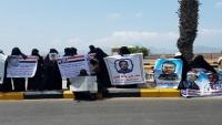 أمهات المختطفين بعدن يطالبن الحكومة بسرعة النظر في قضية أبنائهن