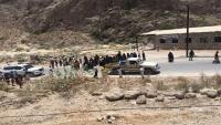 نساء بالمهرة يعترضن موكب المحافظ احتجاجا على تردي الخدمات