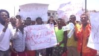 تظاهرة لعمال النظافة في عدن للمطالبة بصرف راتب أبريل وإكرامية رمضان
