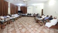 افتتاح مطار الريان ومعالجة كهرباء الساحل يتصدرانلقاء المحافظ البحسني بالتجار