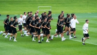 بالفيديو.. زيدان يعود لقيادة ريال مدريد ويعد مع بيريز قائمة الراحلين