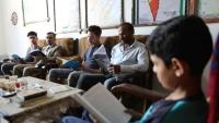 بها أكثر من ألفي كتاب.. غزي يحول مكتبته الخاصة إلى عامة