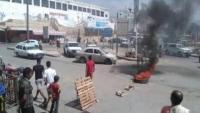 حضرموت.. محتجون يقطعون شوارع بالمكلا بسبب انقطاعات الكهرباء