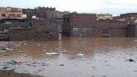 عدن .. مياه الأمطار  تحاصر عشرات الأسر وتتسبب في إغلاق عدد من الشوارع