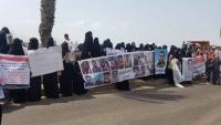 """""""أمهات المختطفين"""" تحمل الحكومة مسؤولية سلامة أبنائها المعتقلين في عدن"""