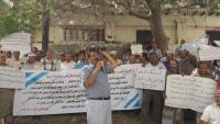وقفة احتجاجية لملاك عقود أراضي بعدن لوقف أعمال البسط عليها