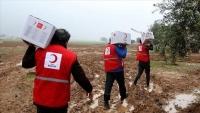 """""""الهلال"""" التركي يساعد أيتام عدن بسلال غذائية وحقائب مدرسية"""