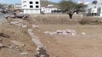 عصابة مسلحة تستولي على أرضية تابعة لمدير أمن إب السابق بحماية الحوثيين