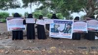 """""""أمهات المختطفين"""" تطالب بالإفراج عن 82 معتقلاً من سجون عدن"""