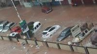 الحكومة توجّه برفع المخلفات وسحب المياه من شوارع عدن