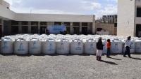 توزيع خزانات مياه لعشرات الأسر النازحة والمتضررة من السيول بمأرب