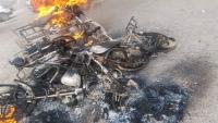 مليشيات الانتقالي بعدن تحرق عشرات الدراجات النارية وتختطف سائقيها