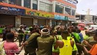 عمال نظافة يحتجون في المكلا للمطالبة بحقوقهم