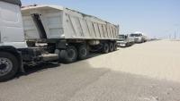 """""""الانتقالي"""" يغلق الطريق الرابط بين عدن والمحافظات الشرقية"""