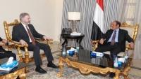 نائب الرئيس يبحث مع السفير الأمريكي جهود الحل السياسي باليمن