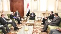هادي يبحث مع غريفيث والسفير الأمريكي جهود وقف إطلاق النار في اليمن