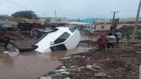 غرق عدد من السيارات بمياه الصرف الصحي في الضالع