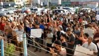 وقفة احتجاجية بعدن تحمل الانتقالي والتحالف مسؤولية تردي الخدمات