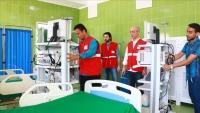 الهلال الأحمر التركي يسلم أجهزة طبية لمستشفى بعدن
