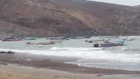 عدن.. انقلاب قارب صيد في السواحل الغربية والرياح تجبر الصيادين على الانسحاب