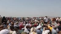 عسكريون يعتصمون أمام بوابة مقر التحالف بعدن للمطالبة بصرف رواتبهم