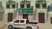 حضرموت.. أفراد من الجيش يغلقون محال الصرافة بمدينة سيئون