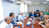 محافظ عدن ونائب البنك المركزي يتفقان على إعادة فتح طريق العيدروس بكريتر