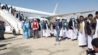 وصول المختطفين ممن أفرج عنهم الحوثيون إلى مطار سيئون ضمن صفقة التبادل
