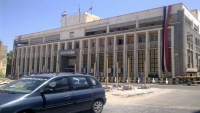 الحكومة تطالب بتحويل المساعدات الدولية عبر البنك المركزي بعدن لتعزيز العملة
