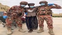 جنديان عمانيان يحملان جريحا يمنيا .. صورة تصدرت المنصات باليمن
