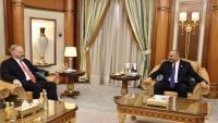 السفير الأمريكي يبحث مع الزبيدي جهود تنفيذ اتفاق الرياض