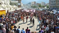 تعز .. الآلاف من المواطنين في جنازة العقيد حمزة شداد بينهم مسؤولون