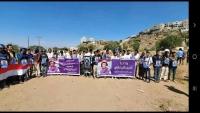 وقفة احتجاجية لصحفيين في تعز تندد بجريمة استهداف مطار عدن