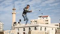 """بـساق واحدة.. شاب فلسطيني يمارس """"الباركور"""" بغزة"""