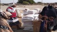 الصليب الأحمر يوزع مساعدات غذائية على 10 آلاف نازح في أبين
