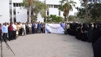 وقفة احتجاجية لنقابة موظفي ومتعاقدي جامعة عدن تطالب بتثبيت المتعاقدين