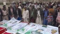 عمران.. المهمشون يشيعون قتلاهم مشياً على الأقدام بعد رفض الحوثيين السماح لسيارة نقل الجثث بمرافقتهم