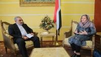 اليمن يحتج بشدة على لقاء ممثلة الصليب الأحمر بسفير إيران لدى الحوثيين في صنعاء